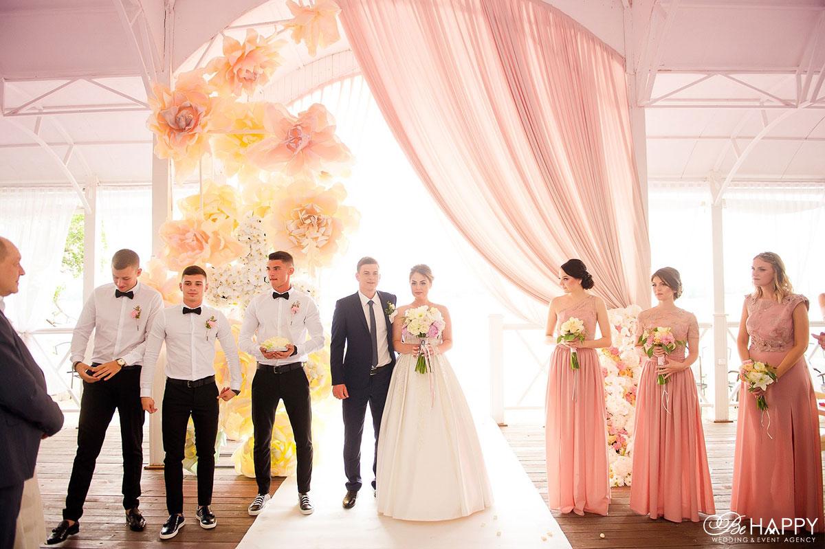 Свадебная арка молодожены и свидетели выездная церемония бихеппи