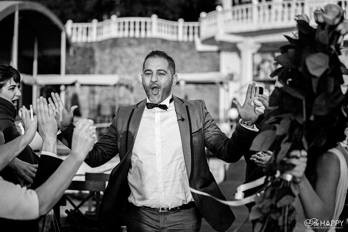 Черно-белое фото счастливого жениха Би Хеппи Николаев