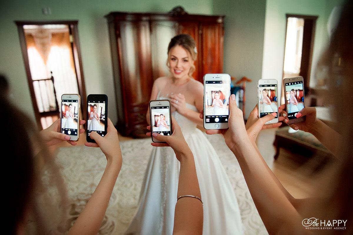 Дружки фотографируют невесту подготовка к свадьбе