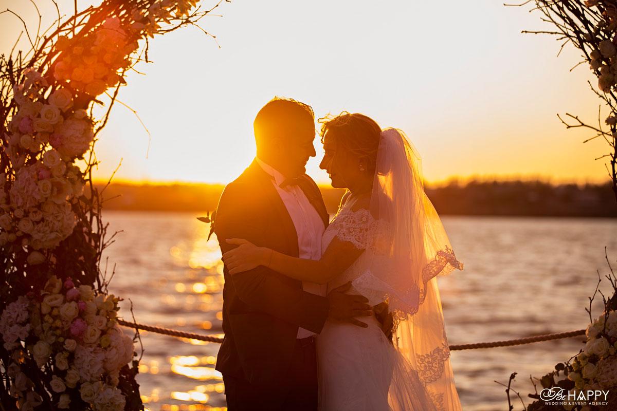 Фото жениха и невесты в лучах заката