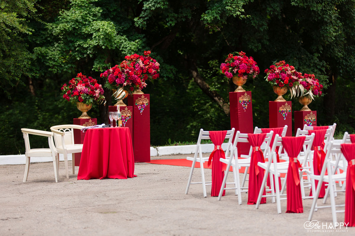 Зона проведения свадебной церемонии и места для гостей свадьба Би Хеппи