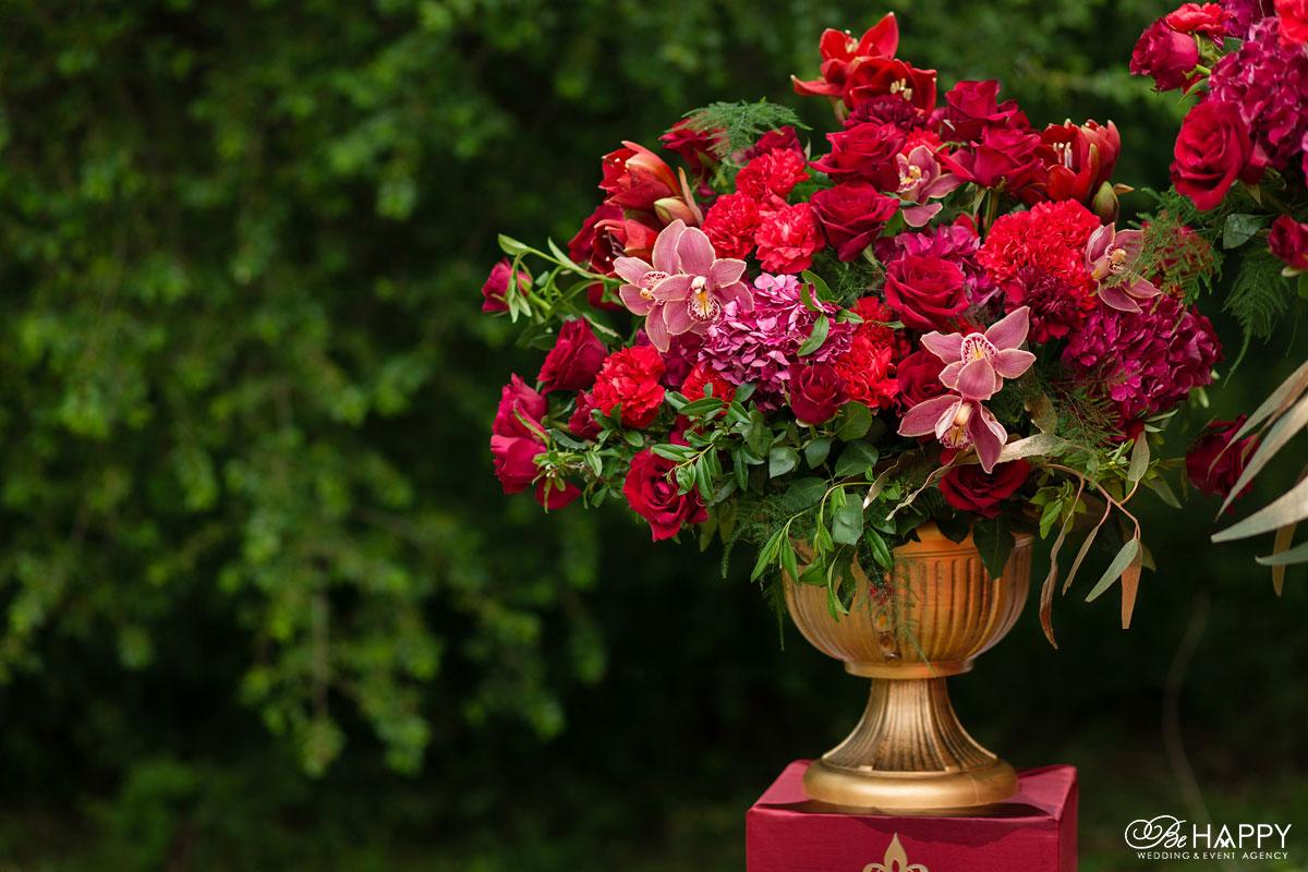 Вазон с цветочной композицией из роз, орхидей и гвоздик
