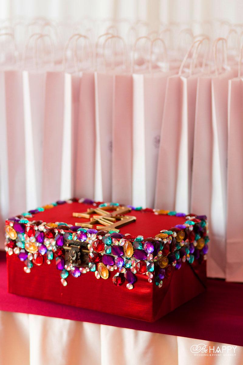 Свадебная шкатулка, украшенная цветными камнями