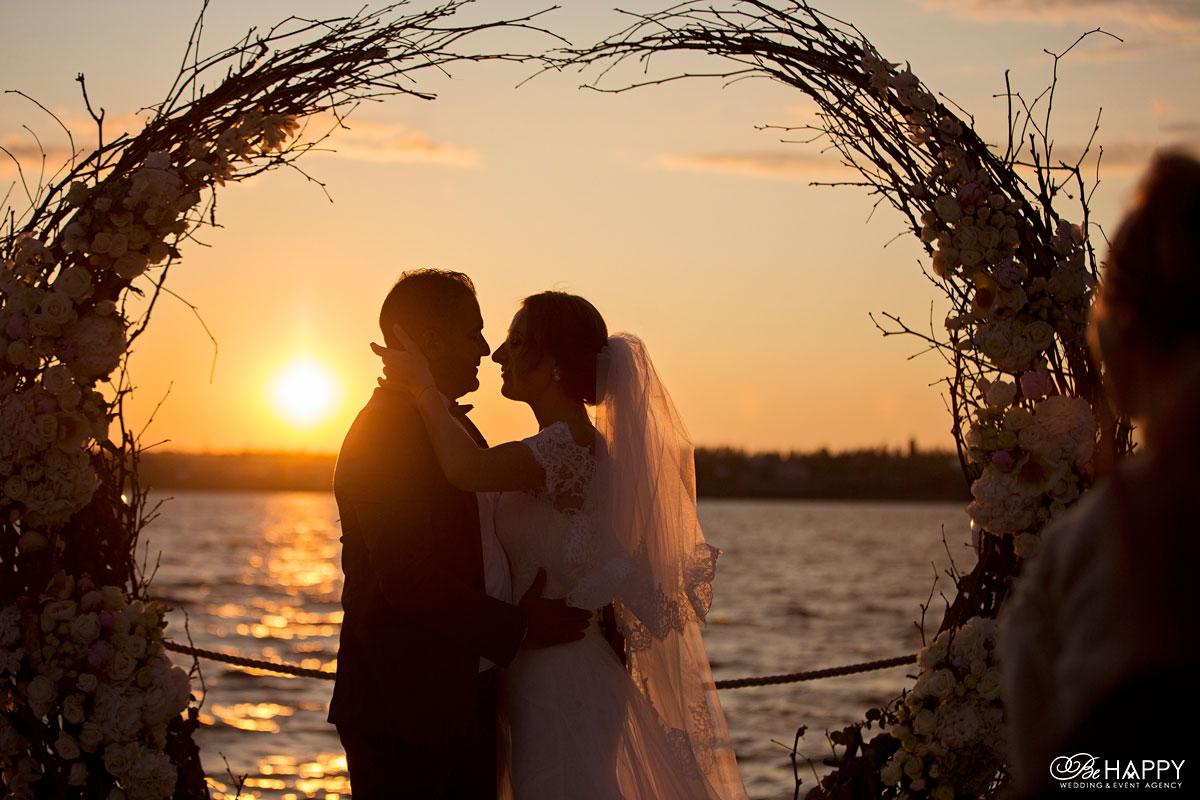 Жених и невеста на фоне заката выездная церемония Николаев