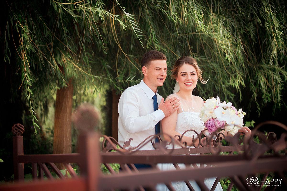 Фото жениха и невесты со свадебным букетом свадьба под ключ Николаев