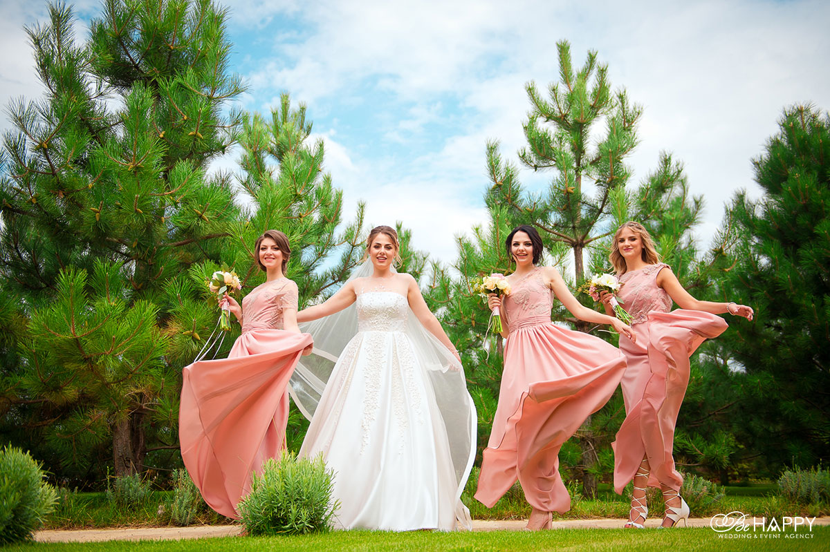 Невеста и дружки позируют фотографу свадьба Николаев