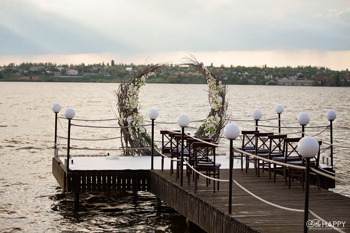 Свадебная арка, установленная на понтоне Би Хеппи Николаев