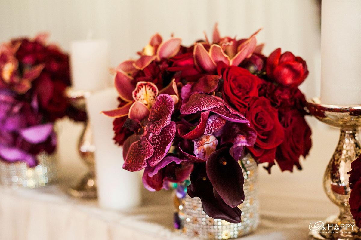 Цветочная композиция из роз, орхидей и калл