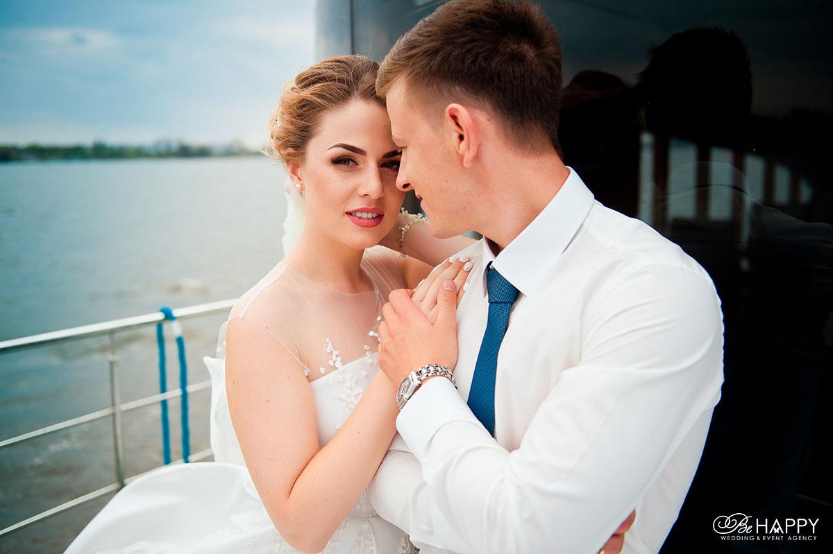Фото жениха и невесты на фоне реки свадебная фотосессия