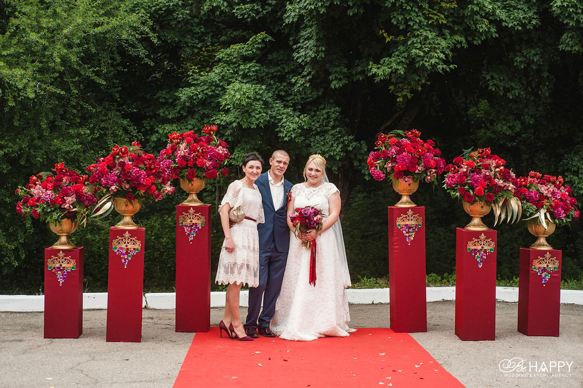 Фото молодоженов с организатором свадебной церемонии Ларисой Яровой