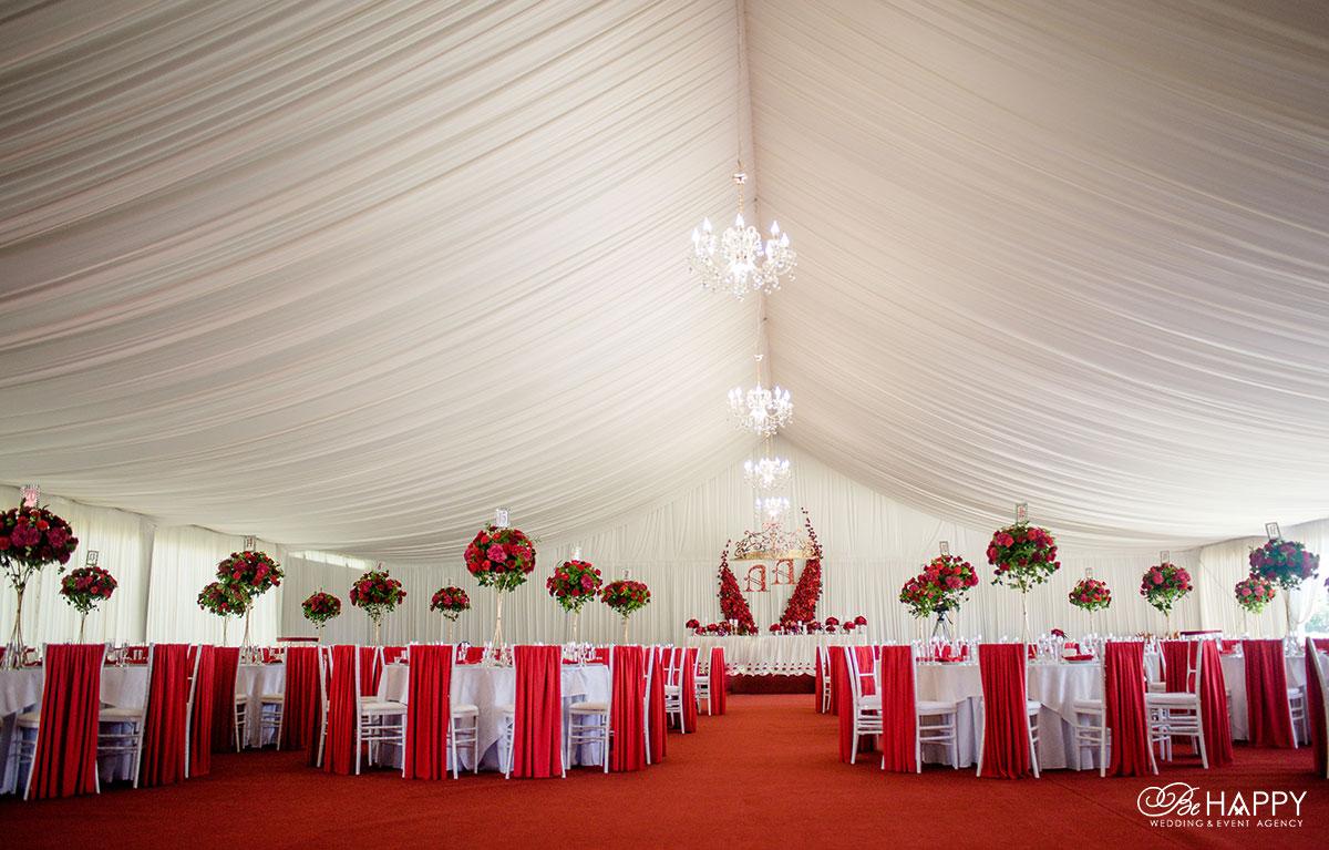 Свадебный шатер для проведения банкета в красном цвете
