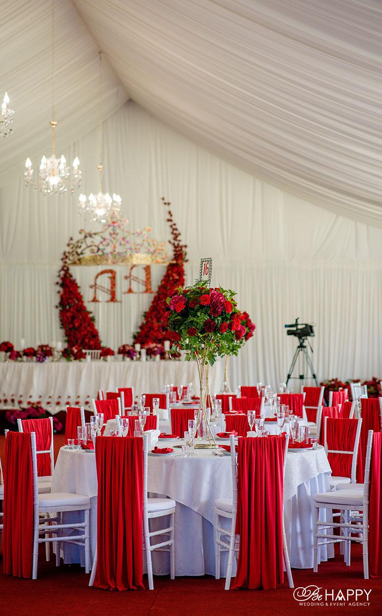 Места для гостей, украшенные красной тканью