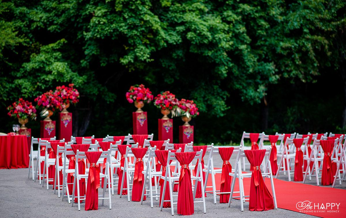 Декоративное оформления выездной свадебной церемонии в красных тонах