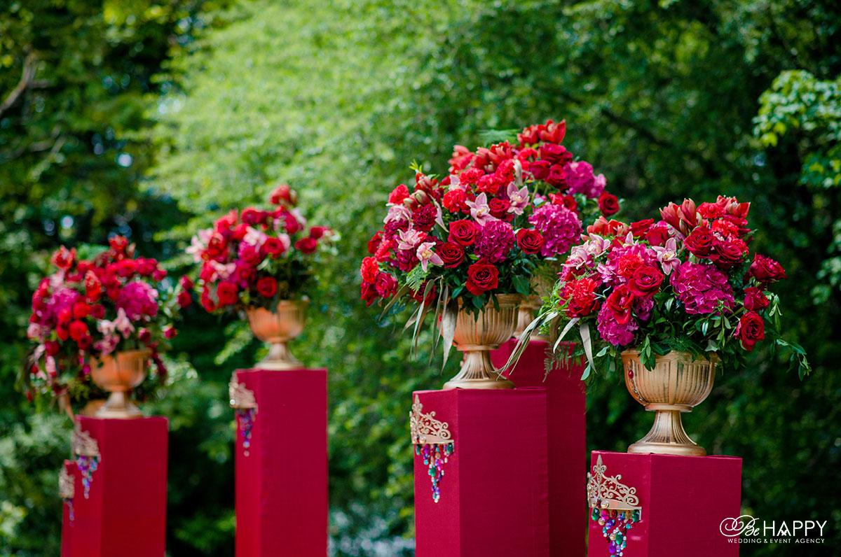 Цветочные композиции из красных роз, гортензий и орхидей