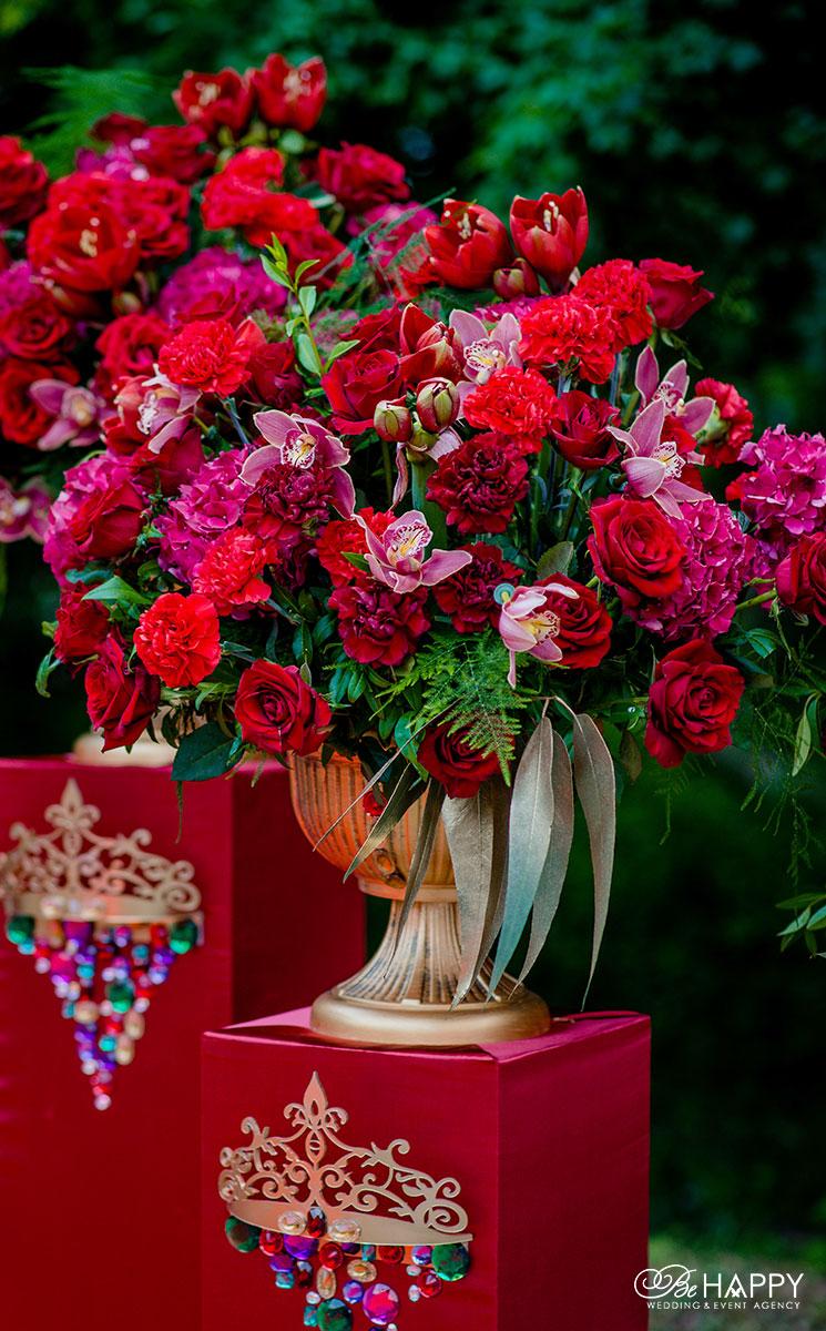 Декоративное оформление выездной свадебной церемонии живыми цветами Би Хеппи