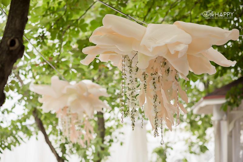 Свадебный декор белая акация и декоративные цветы
