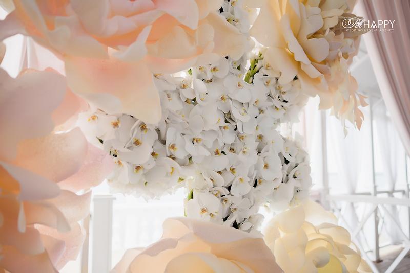 Свадебная арка с белыми орхидеями и декоративными цветами Би Хеппи