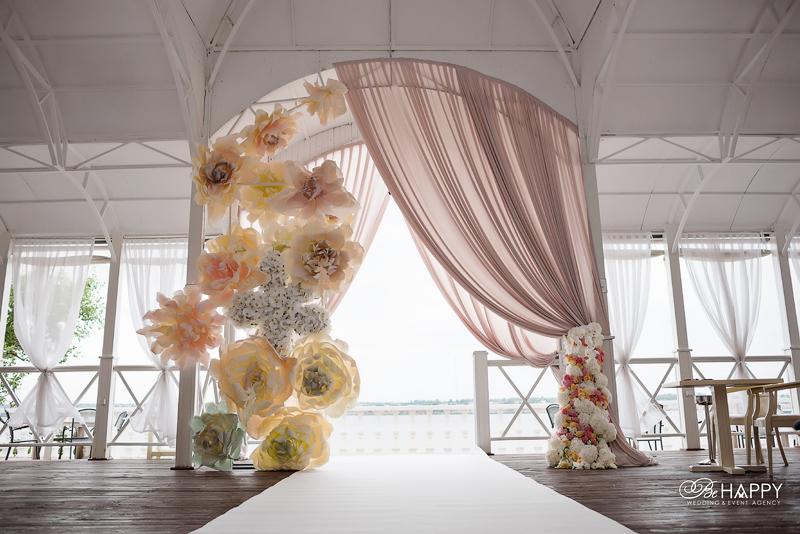 Цветочная и декоративная композиции для украшения свадебной арки