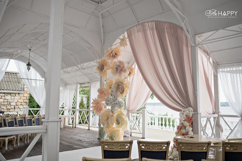 Роскошная свадебная арка, украшенная белыми орхидеями Николаев