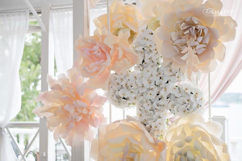 Звезда из белых орхидей и декоративные цветы свадебная арка