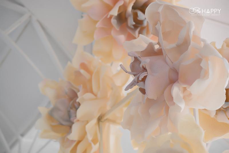 Декоративные искусственные цветы для оформления свадебной арки