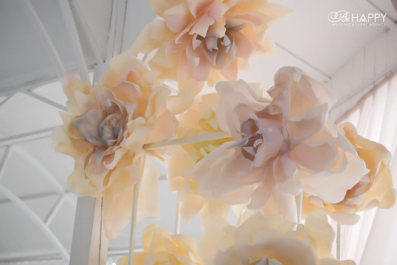 Украшение свадебной арки искусственными цветами Би Хеппи Николаев