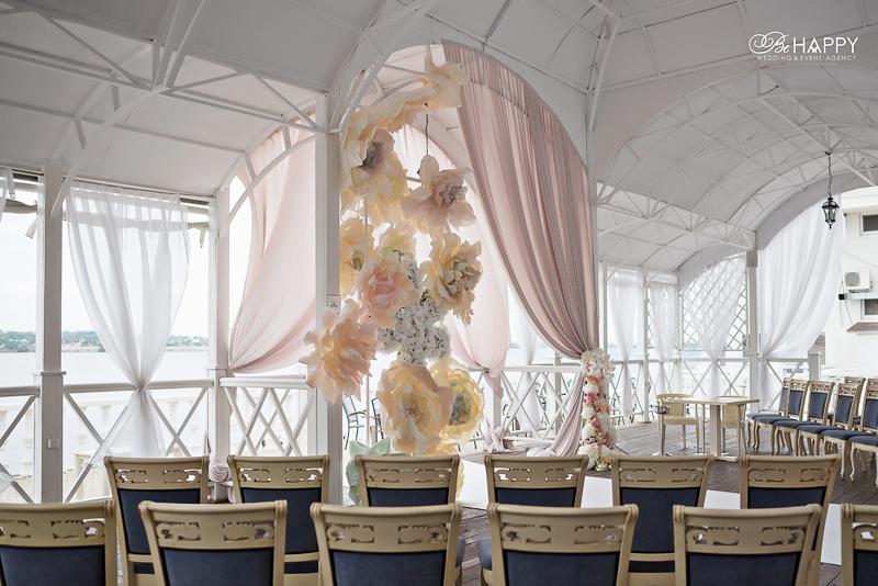 Места для гостей и свадебная арка фото