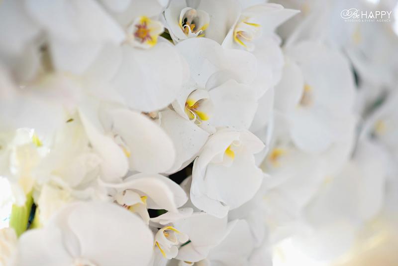 Свадебная арка с использованием живых белых орхидей