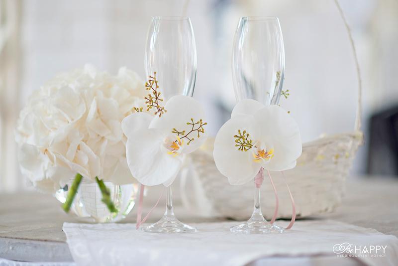 Свадебные бокалы украшенные белыми орхидеями