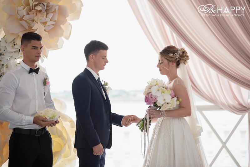 Жених и невеста держатся за руки выездная свадебная церемония Николаев