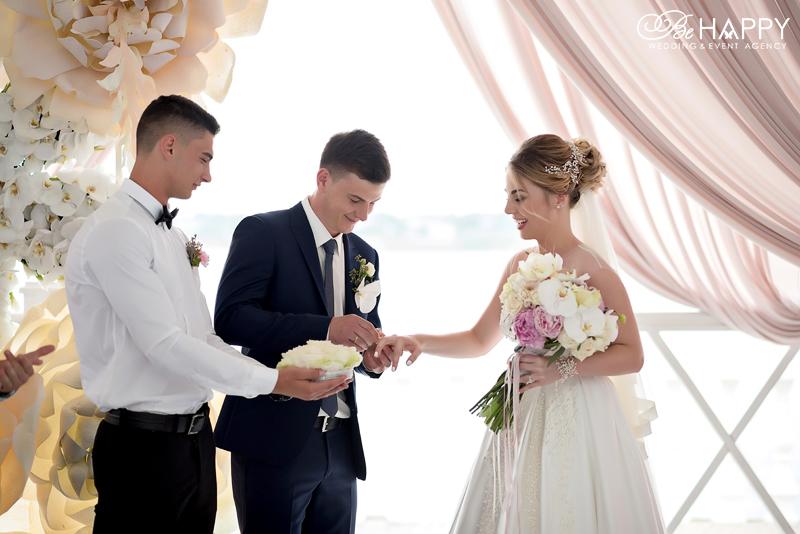 Жених надевает обручальное кольцо на палец невесты Би Хеппи свадьба