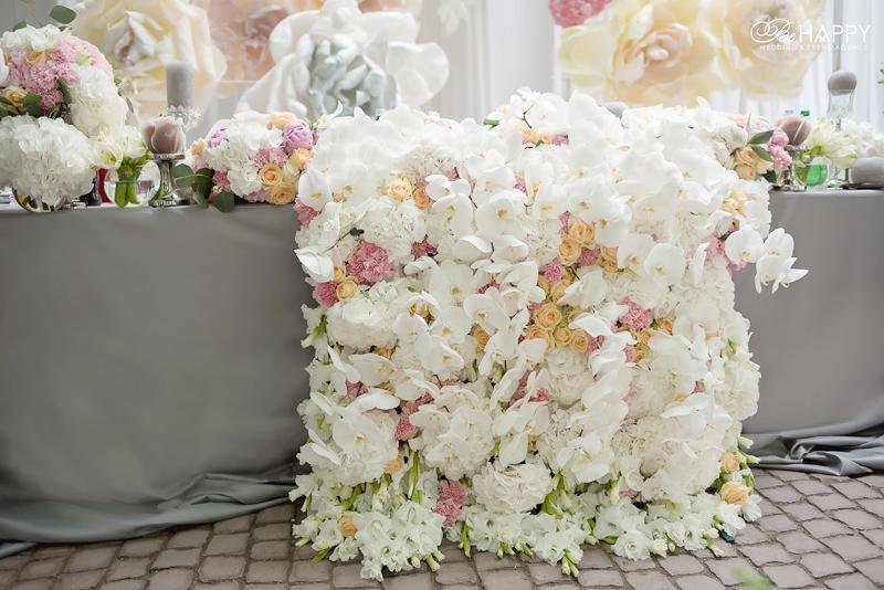 Цветочная композиция из роз и белых орхидей стол молодоженов Би Хеппи