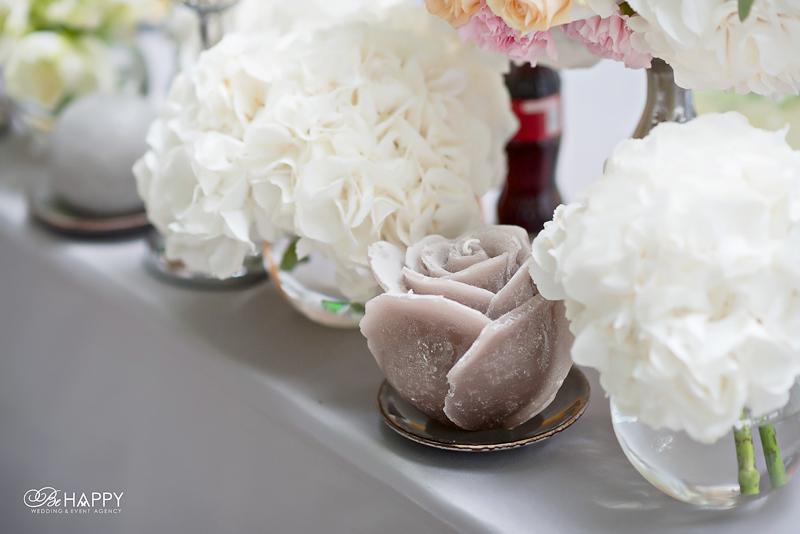 Декоративные свечи и цветочная композиция свадебный декор Би Хеппи