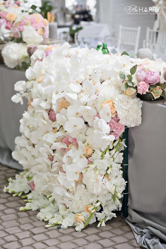 Стол молодоженов цветочная композиция из белых орхидей и роз