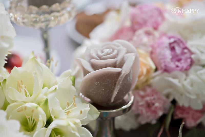 Цветочная композиция и декоративная свеча в форме розы свадебный декор