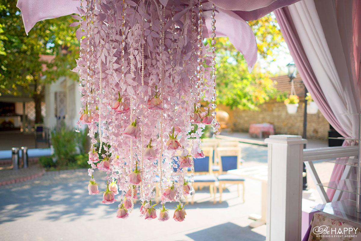 Свадебная флористика в розовом стиле с хрустальными бусами