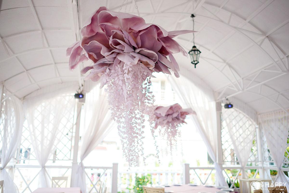 Украшение банкетного зала декоративными цветами свадьба Николаев