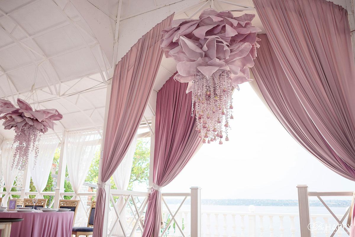 Тканевая драпировка и декоративные цветы свадебный декор Николаев