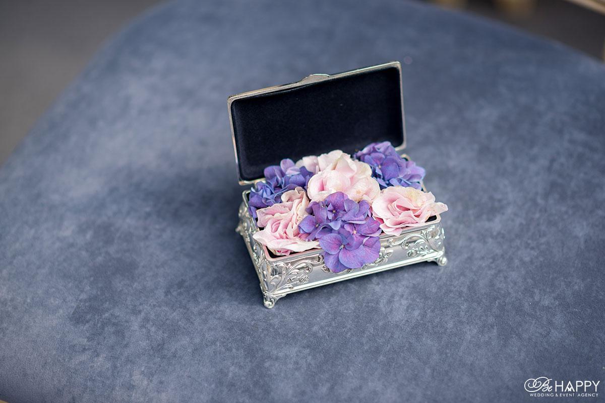 Декоративная шкатулка для колец с живыми цветами