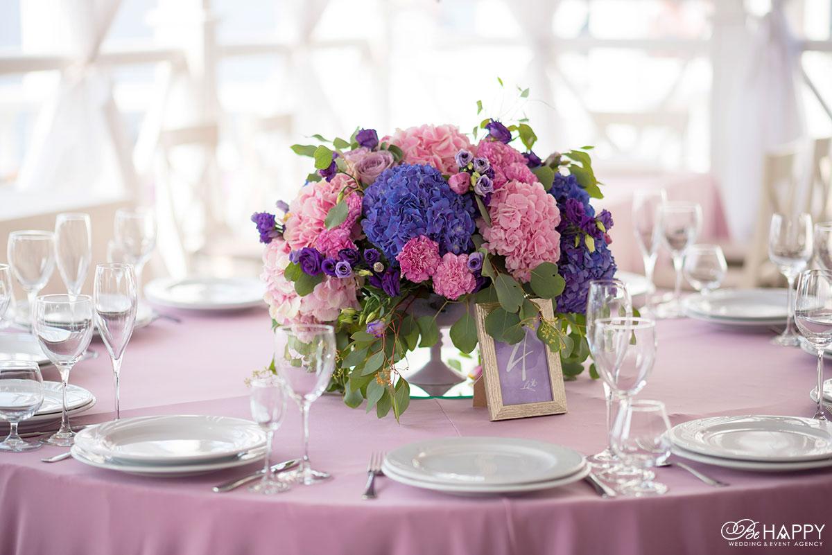 Букет из разноцветных гортензий стол для гостей