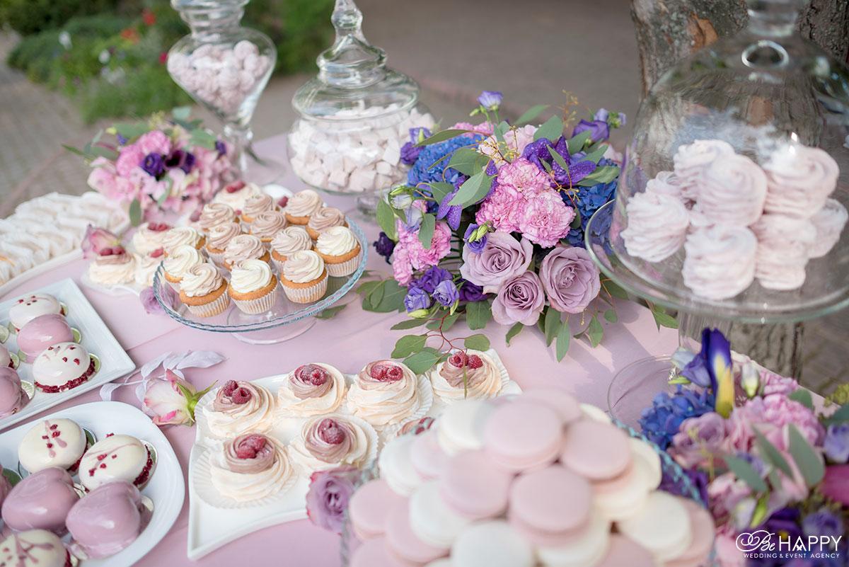 Кенди бар с угощениями и букетами из живых цветов