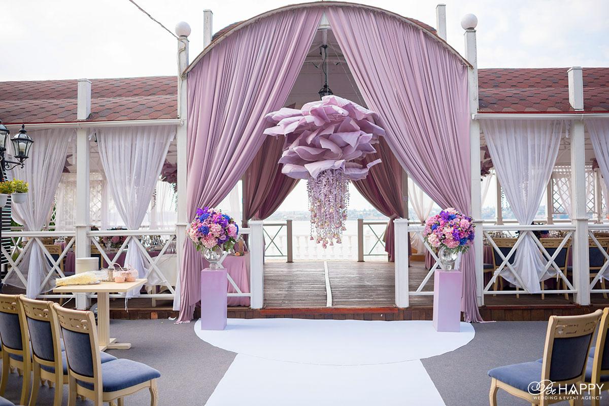 Зона проведения свадебной церемонии и места для гостей свадебный декор