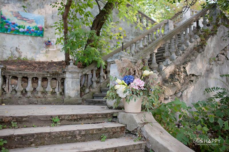 Старинная лестница, украшенная живыми цветами свадьба Николаев