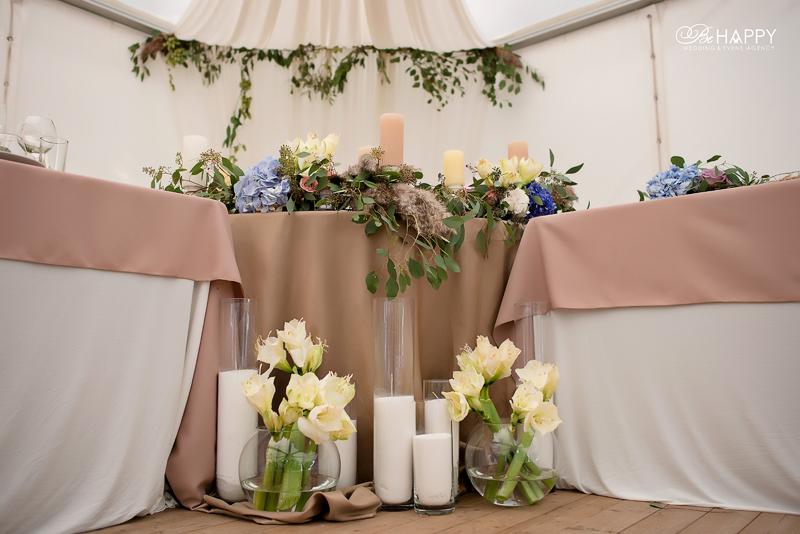 Цветочная композиция из белого амариллиса и гортензий стол молодоженов