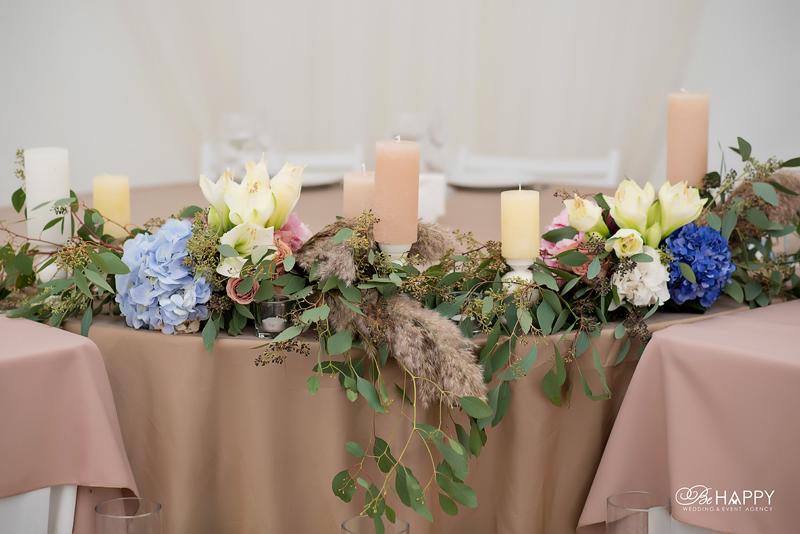 Цветочная композиция для стола жениха и невесты со свечами Би Хеппи Николаев