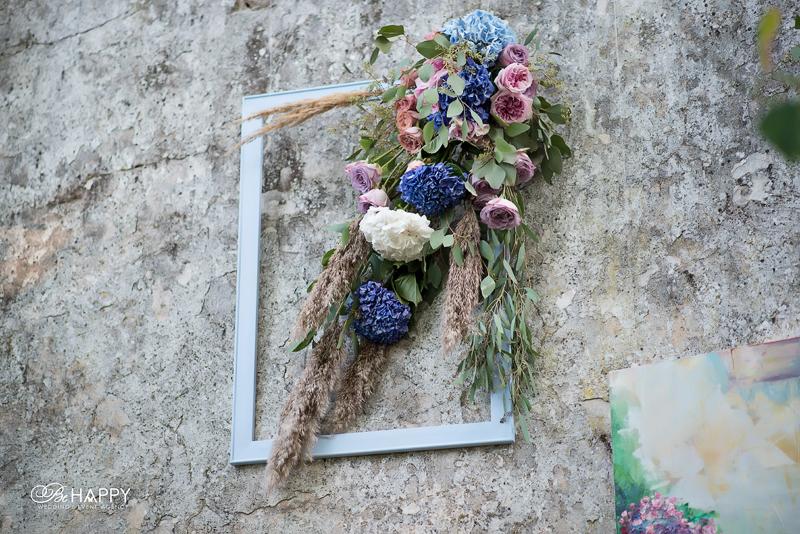 Оформление зоны проведения свадебной церемонии живыми цветами и декоративной рамкой