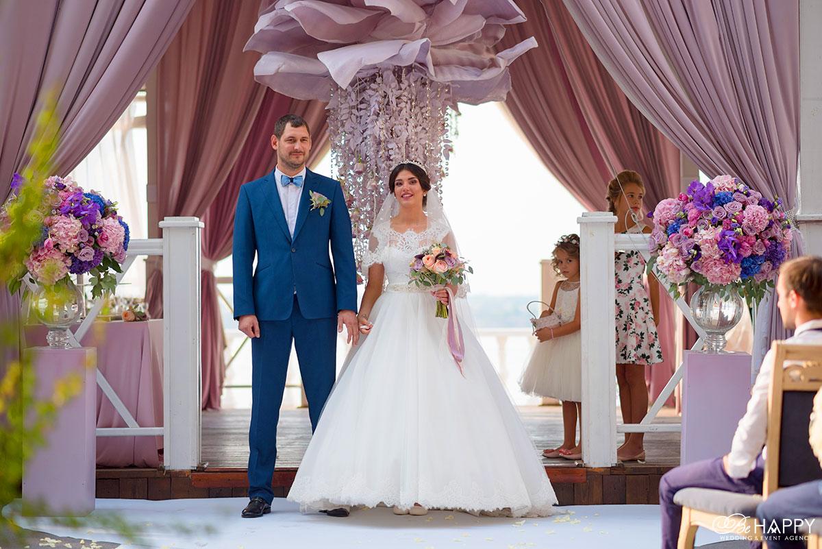 Фото жениха и невесты в зоне проведения свадебной церемонии Старгород