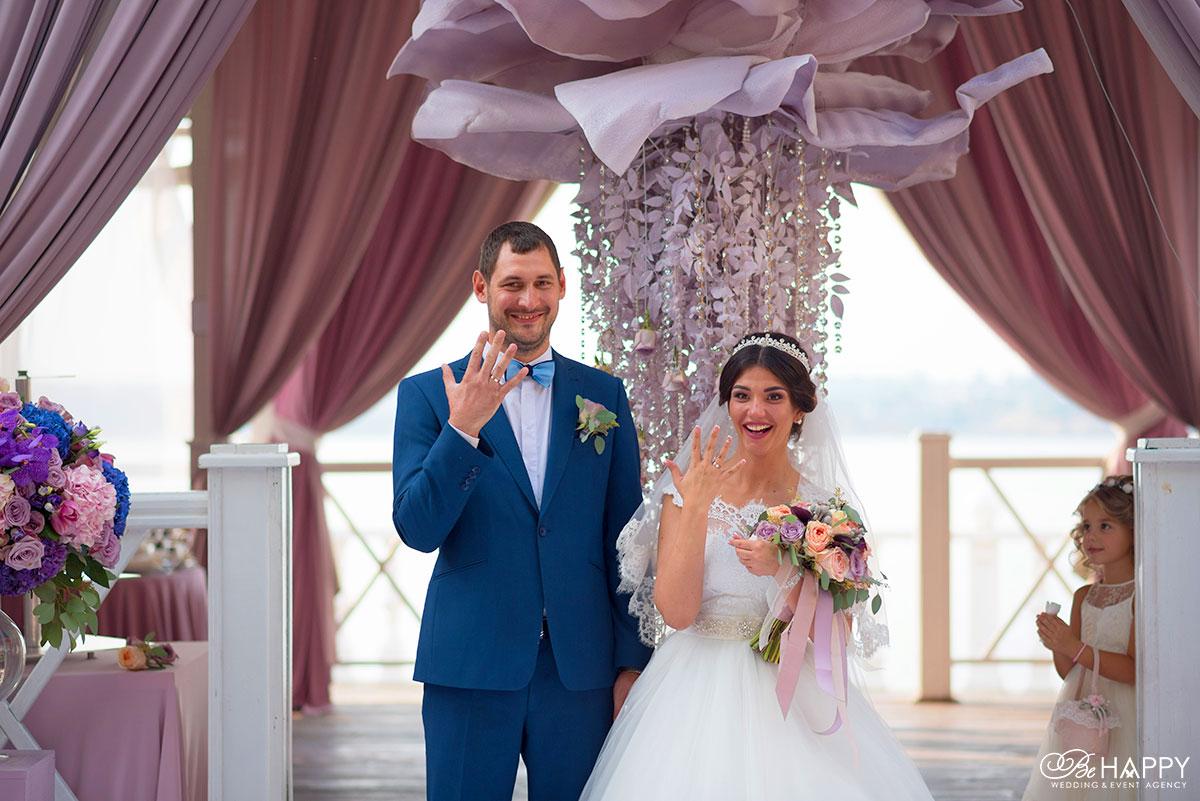 Жених и невеста показывают обручальные кольца свадьба Николаев
