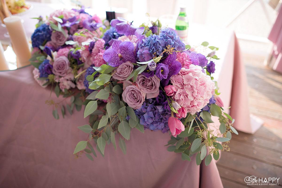 Цветочная композиция из роз, орхидей и разноцветных гортензий