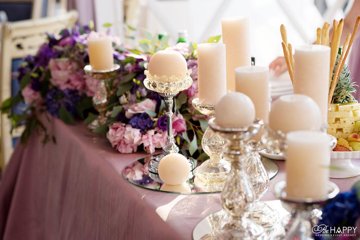 Стол для фуршета с цветами и декоративными свечами